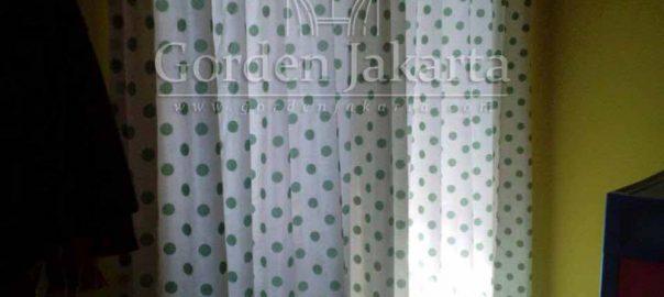 gorden minimalis jendela kecil motif polkadot
